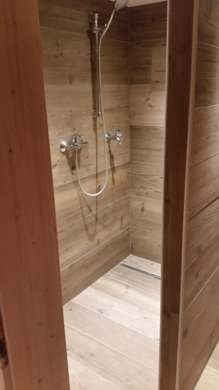 Bad mit Fliesen in Holzoptik