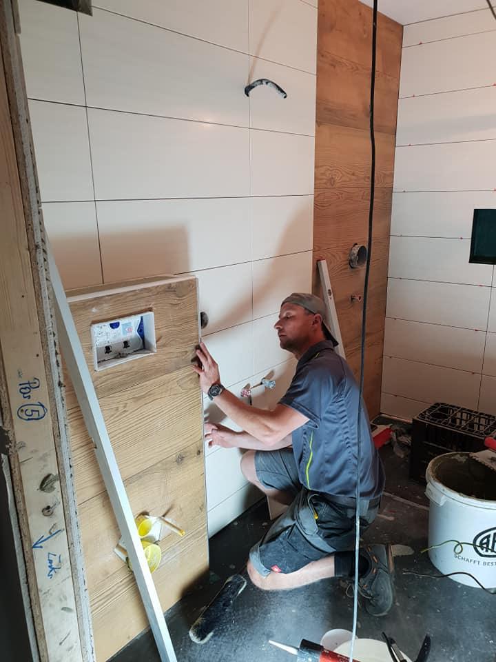 Bad in Holzoptik in Arbeit
